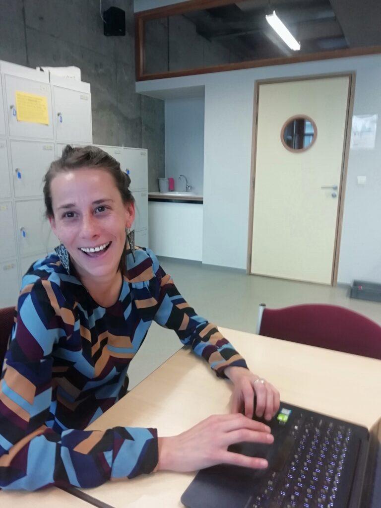 foto van enthousiaste Willeke in klaslokaal