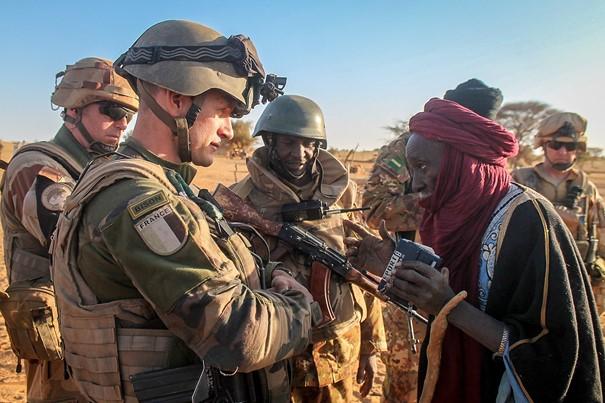 Franse militairen van de Opération Barkhane in gesprek met een lokale leider in het zuiden van Mali, 17 maart 2016 (foto: Wikipédia.fr).