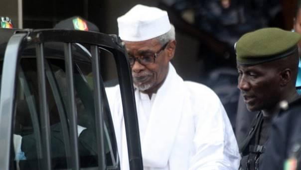 foto Hissène Habré verlaat rechtbank in Dakar op 30 mei 2016 met levenslange gevangenisstraf (Oumar Dembele)